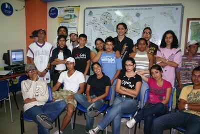 Integrantes de Hiperbarrio en la Biblioteca San Javier La Loma