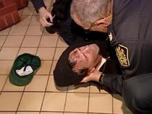 LeBlanc es enviado al suelo por tres policías (CBC)