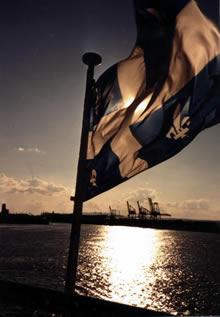 Bandera de Quebec ondeando cerca a la ciudad homónima (Dominio público)