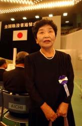 Sakue Shimohira asiste a una ceremonia conmemorativa nacional por los muertos en la guerra, realizada en Tokio en 2002. (Katsuyuki Uchibayashi / © Mainichi Shimbun)