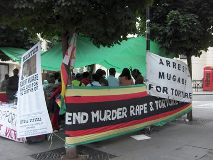Manifestación contra Mugabe frente a la embajada de Zimbabue en Londres, en agosto de 2006 (Foto: Jraf, licencia CC-BY-SA)