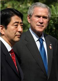 Abe y Bush durante la cumbre de la APEC en noviembre de 2006 (Eric Draper / Casa Blanca, dominio público)