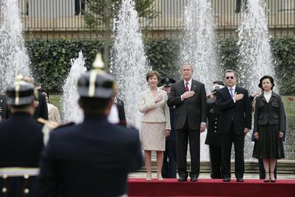 Laura, George y Álvaro con la mano en el pecho, mientras doña Lina permanece firme y respetuosa (Foto: Eric Draper/Casa Blanca, dominio público)
