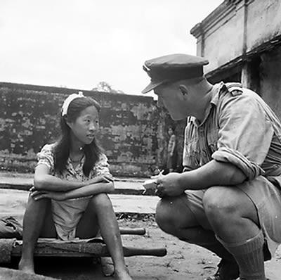 """Una joven china a punto de ser interrogada sobre los """"batallones de solaz"""" en Rangún, en agosto de 1945 (Gobierno del Reino Unido, dominio público)"""