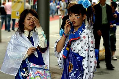 Japonesas con celular, durante el Mundial de Fútbol de 2006 (Foto: Mark Walter/Flickr, licencia CC-BY-SA)