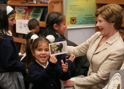 Una niña sostiene una foto de Willie, el gatico de Laura Bush, en la Fundación Rafael Pombo (Foto: Shealah Craighead/Casa Blanca, dominio público)