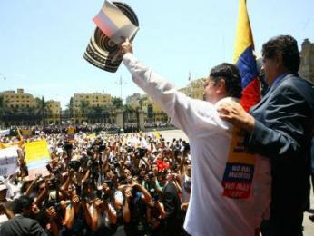 Alan García saluda a los marchantes