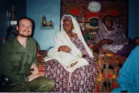 Javier Akerman con la chaman mamme mariemma en Senegal